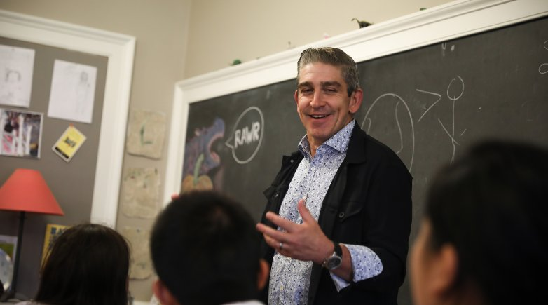 Poet Richard Blanco meets with Exeter students in a classroom.